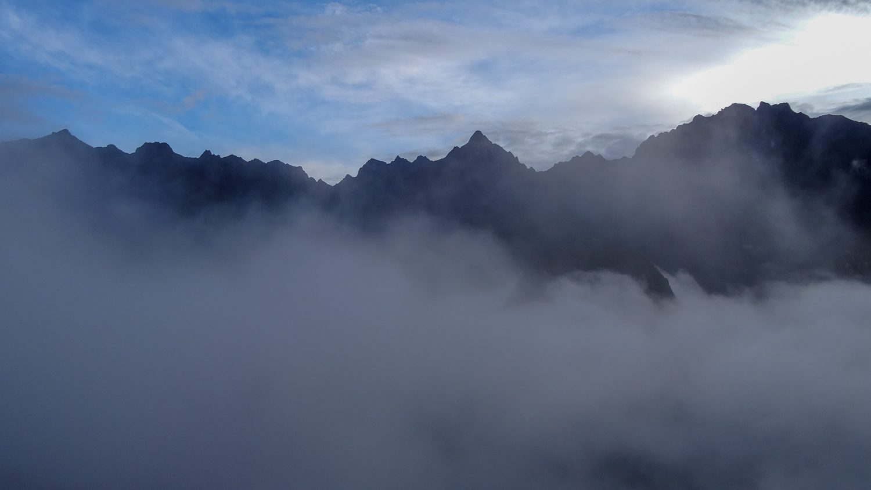 Ранним утром горы вокруг выглядят так