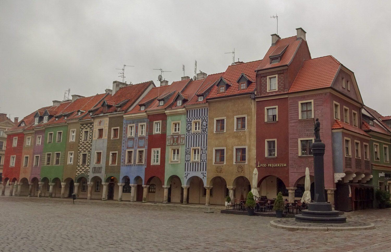 Цветные домики на центральной площади