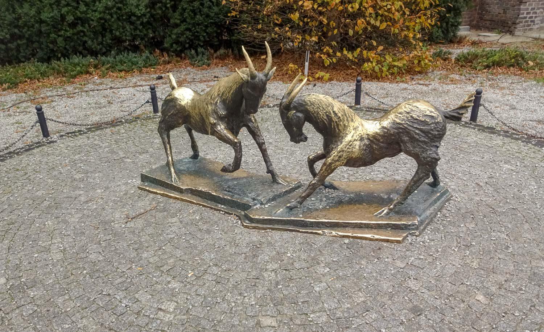 Памятник козликам