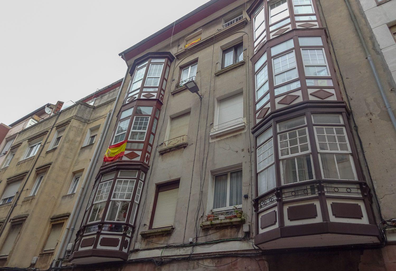Балконы и флаг