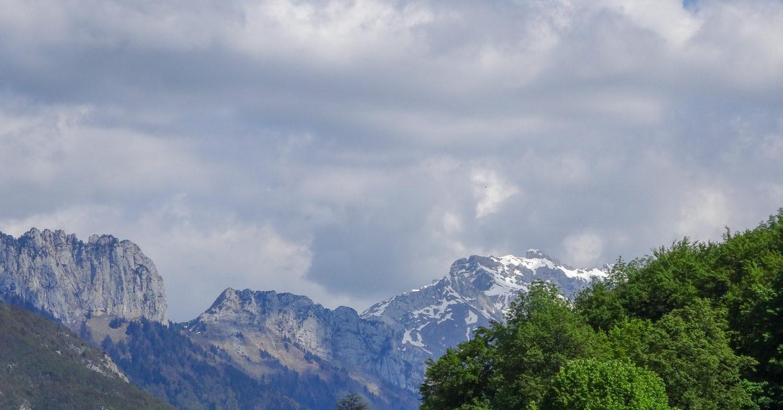 В летнюю погоду так непривычно видеть снежные вершины!