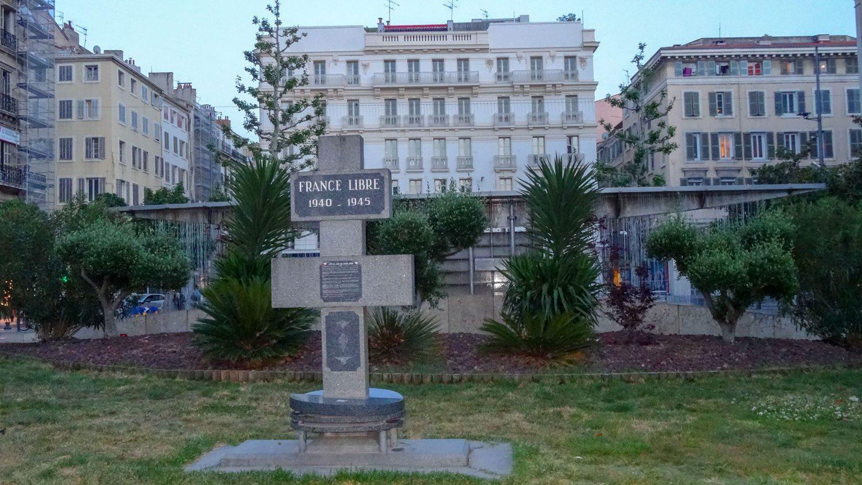 Один из монументов в центре