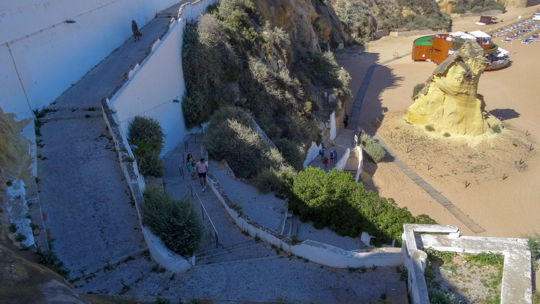 Спуститься можно по впечатляющей лестнице