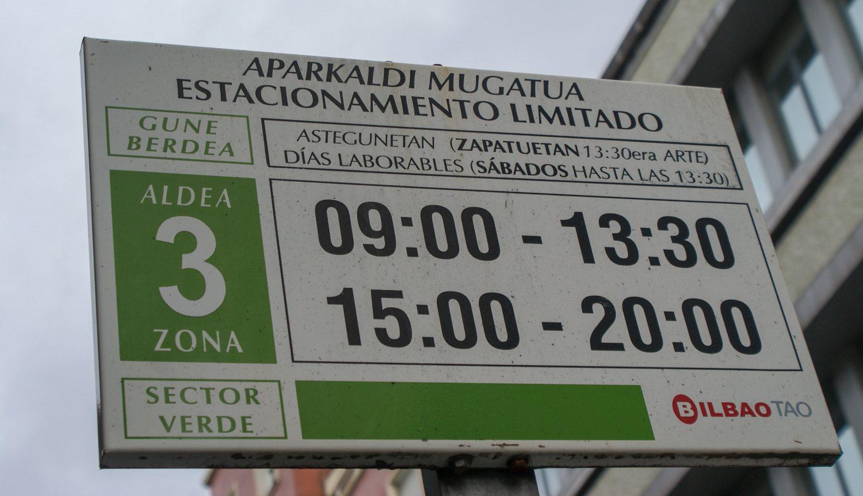 Табличка на остановке на баскском и испанском языках