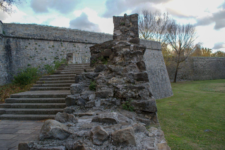Старинные стены и лестницы