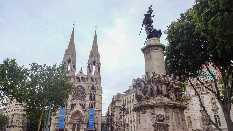 Памятник жертвам войны и реформатская церковь святых Викентия и Павла