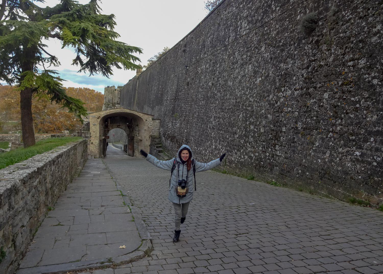 С крепостными стенами