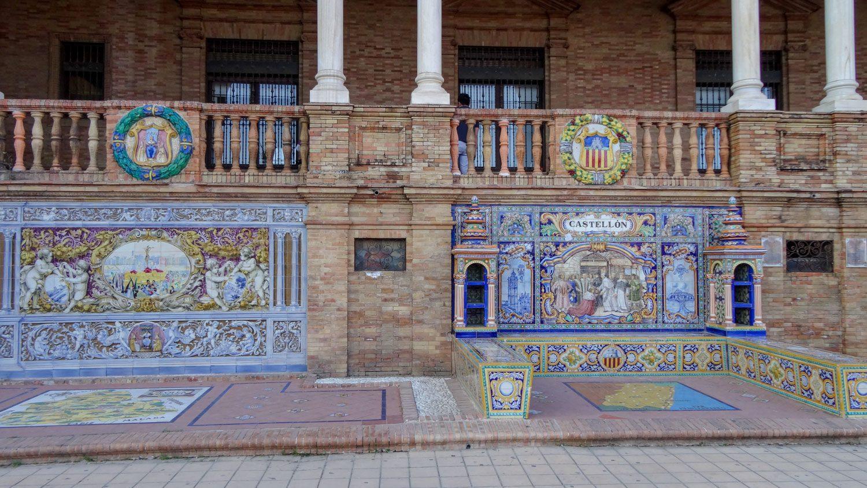 А само здание украшено нишами, каждая из которых рассказывает об одной из провинций