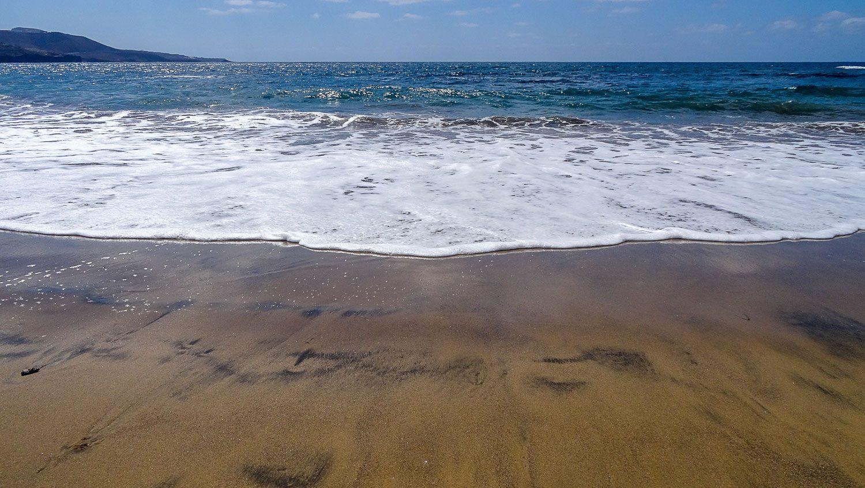 Темный песок перемешивается со светлым