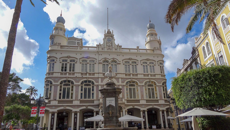 Gabinete Literario - культурный центр на площади Cairasco