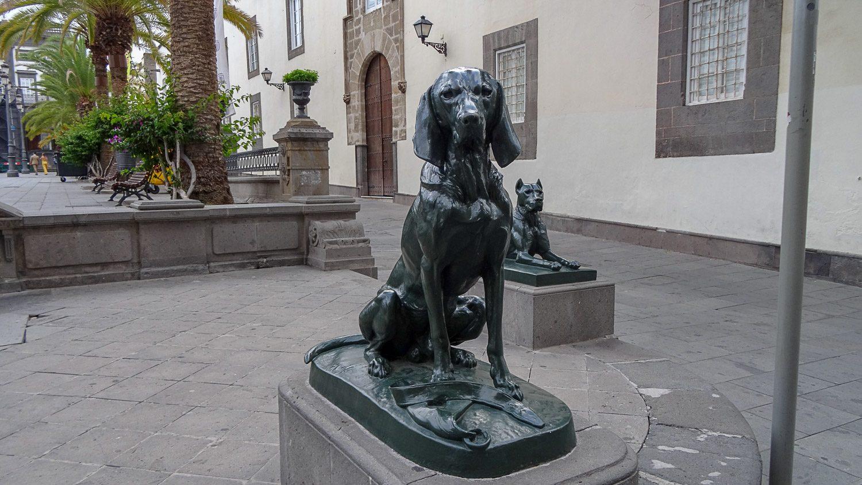 Скульптура около площади