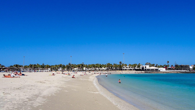 Пляж Caleta de Fuste, переходящий в пляж Castillo
