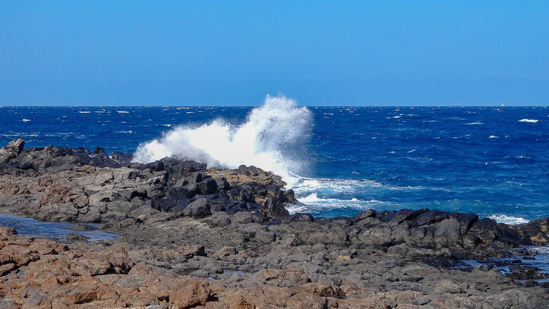 Волны разбиваются о камни