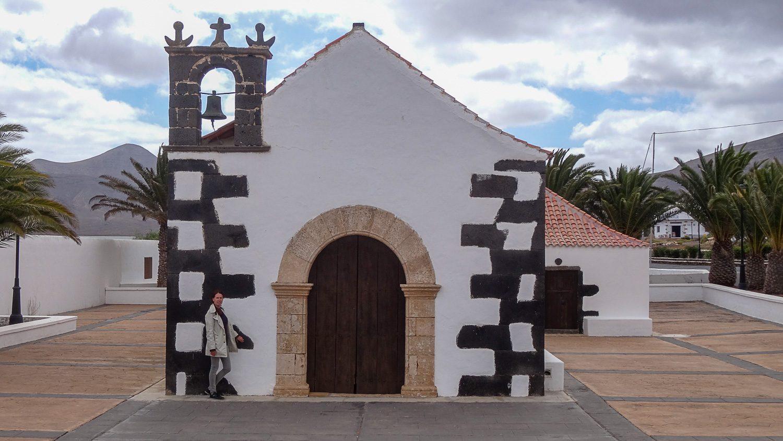 С маленькой церковью