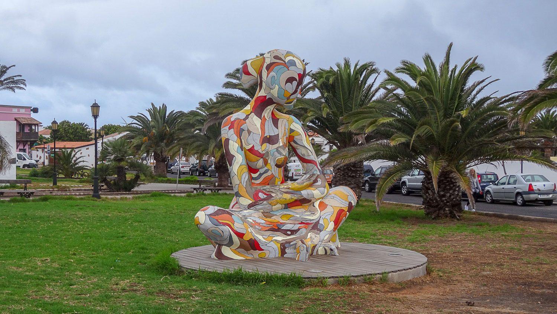 Скульптура MAMAANDYOU символизирует связь природы и людей. Можно забраться на ручки