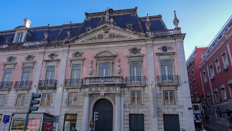 А в этом шикарном здании - туристический центр, музей и даже отделение полиции
