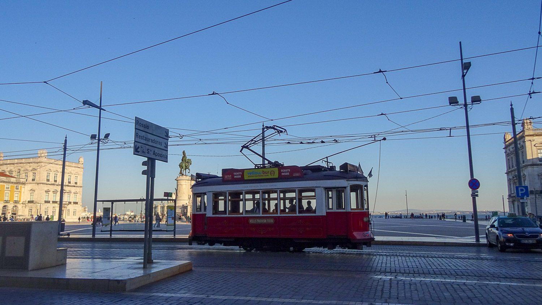 Старый красный трамвайчик