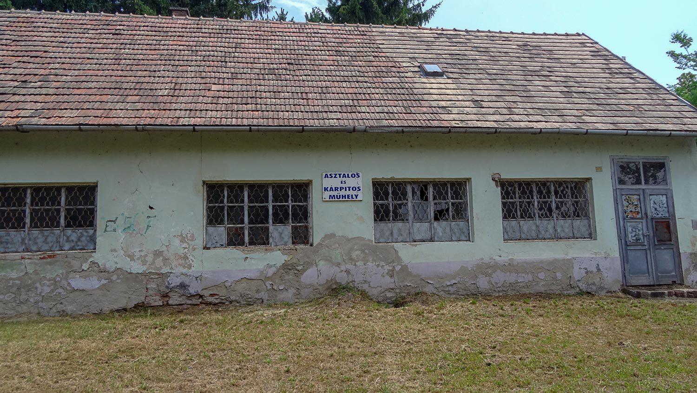 Кажется, здание заброшено уже много лет