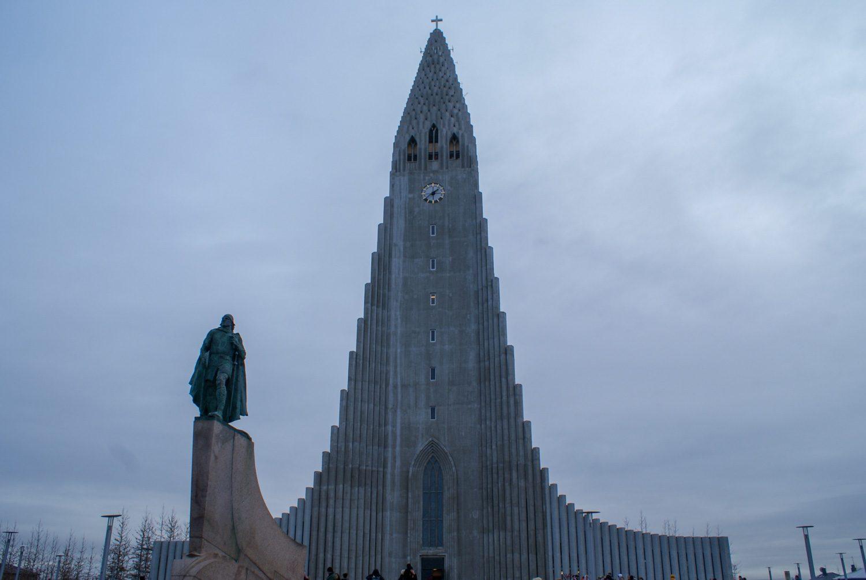 Напротив - памятник Лейфу Эрикссону Счастливому, известному исландскому мореплавателю