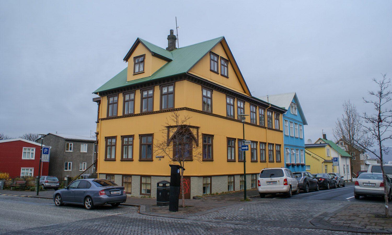 Этот дом построен в начале XX века. А как здорово выглядит!