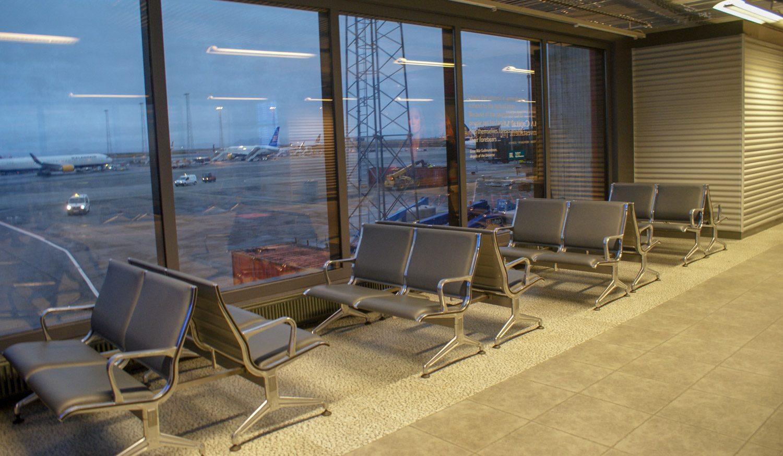 И удобные стулья с видом на ВПП