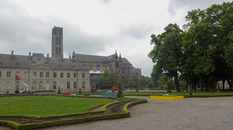 Парк, из которого видно Кафедральный собор