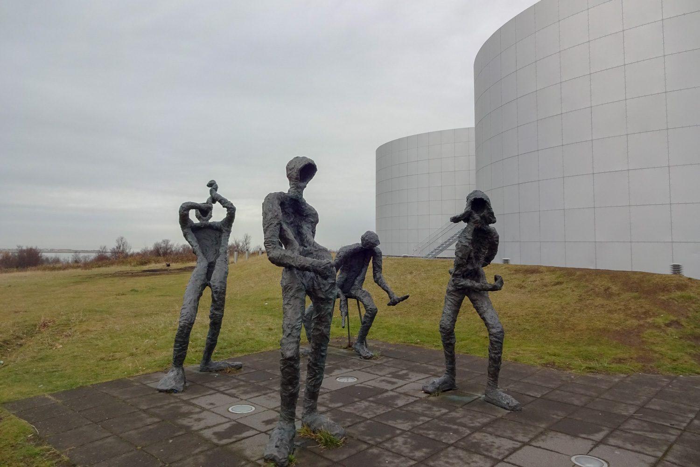 Вот такие необычные скульптуры около входа