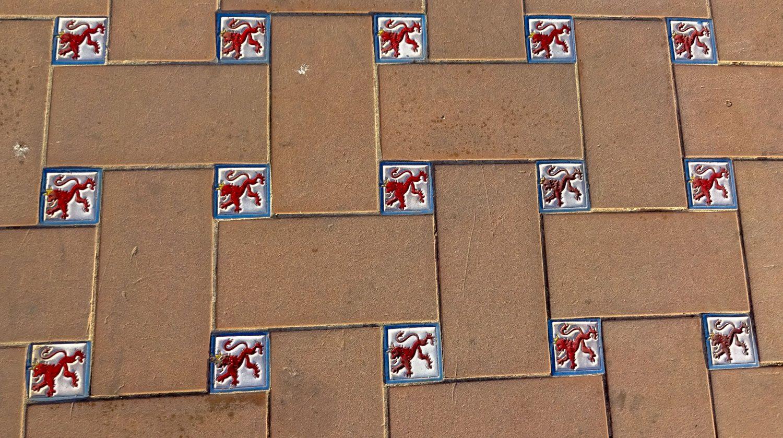 Тротуар украшен необычными плитками