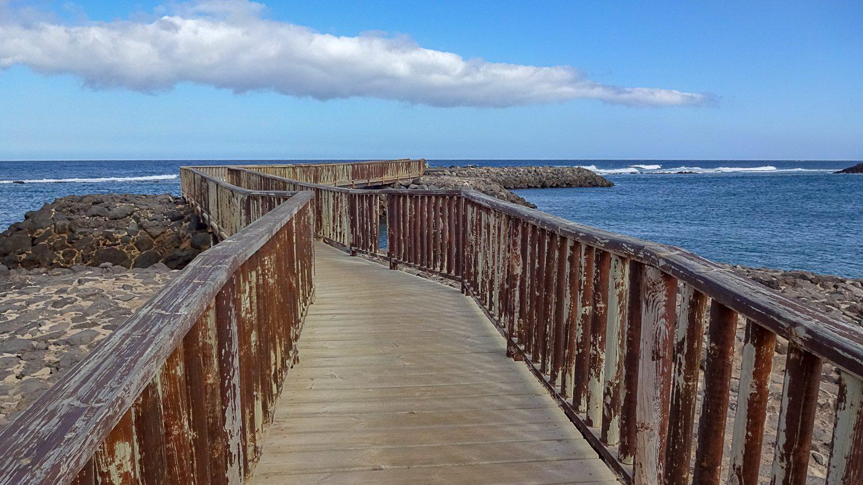 Можно погулять по удобным мостикам