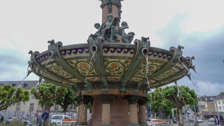 А вот фонтан напротив работает