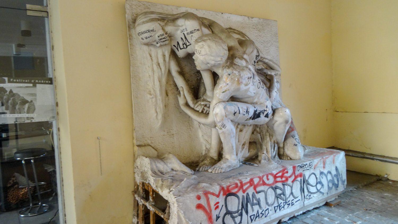 Скульптура во внутреннем дворике. И здесь встречаются вандалы...