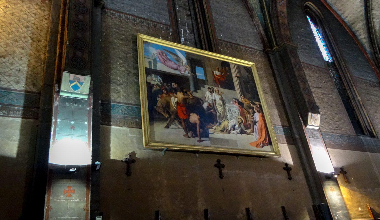 Вместо росписи стен кое-где висят картины