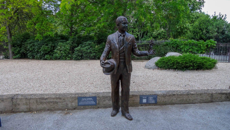 Просто симпатичный монумент около японского сада