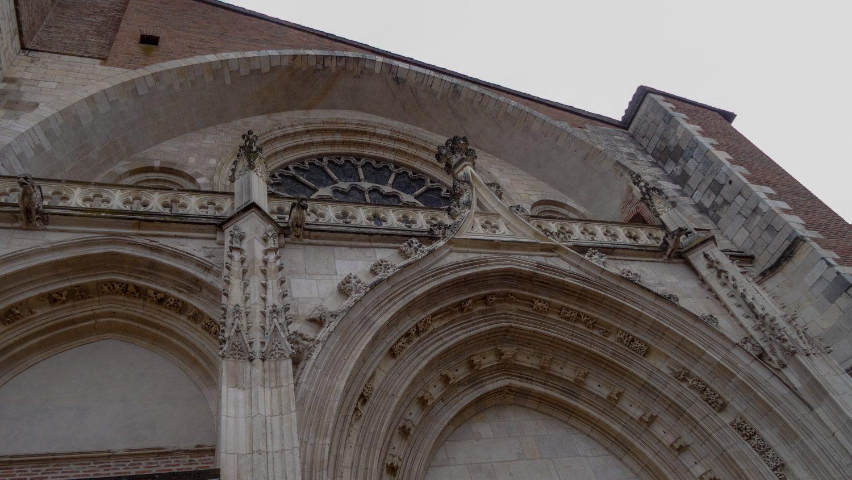 Строился собор с XIII по XVII века, поэтому и сочетает в себе множество разных стилей