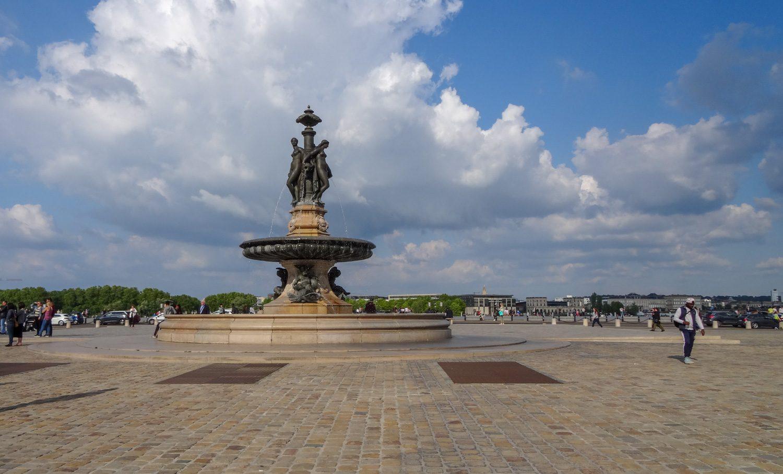 """""""Три грации"""" - фонтан в центре площади"""
