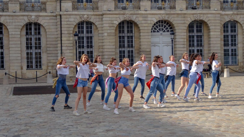 Перед зданием Биржи тоже танцуют