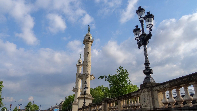 За этими столбами - площадь Quinconces, но она на реконструкции