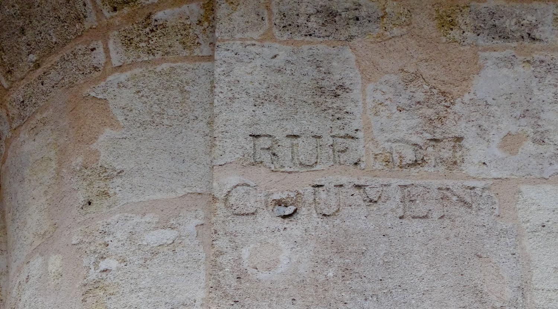 Кое-где сохранились старые надписи прям на стенах