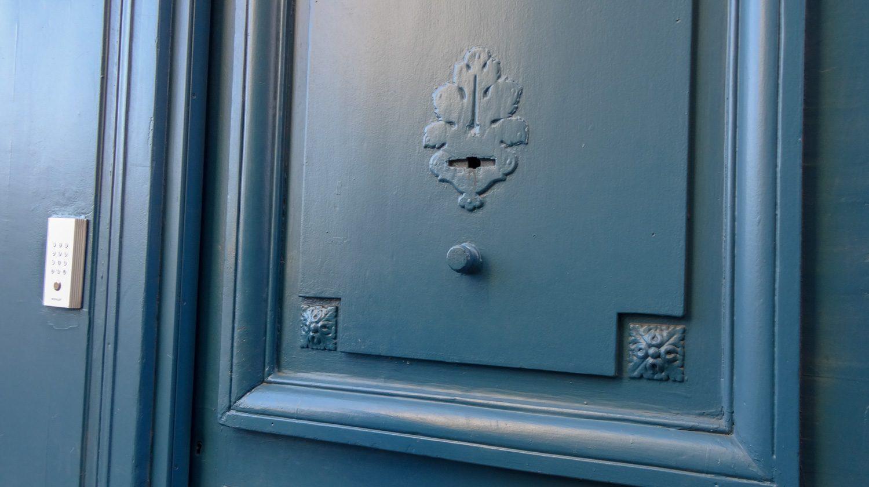 Дверь похожа на обычную подъездную