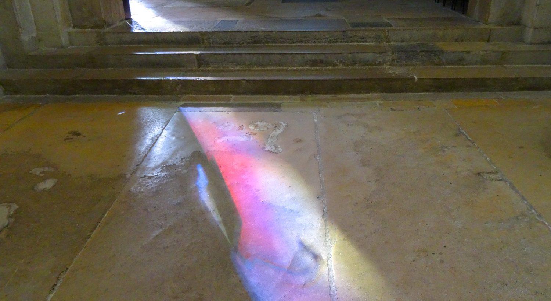 Лучи проникают через цветные стекла и создают на полу узоры