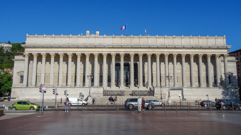 Cour d'Appel de Lyon - здание суда. Напротив - красивый пешеходный мост