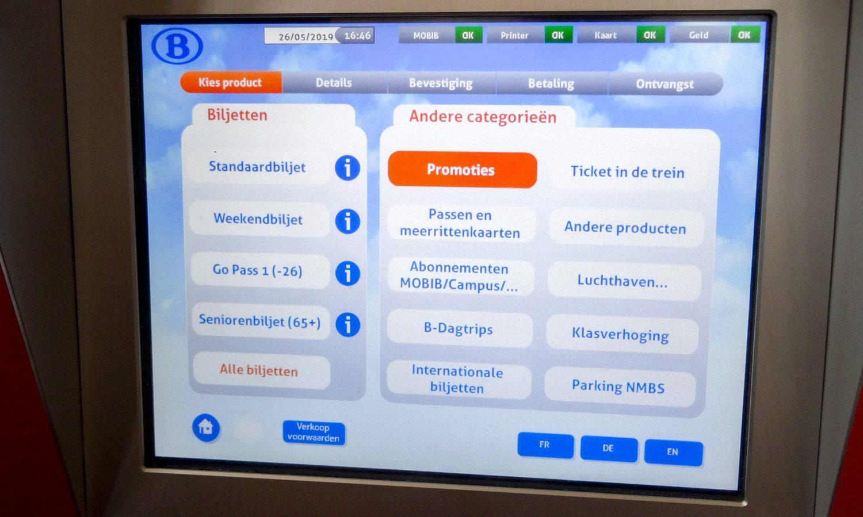 На стартовом экране в правом нижнем углу можно выбрать язык