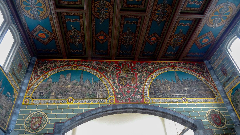 Так украшены стены на вокзале