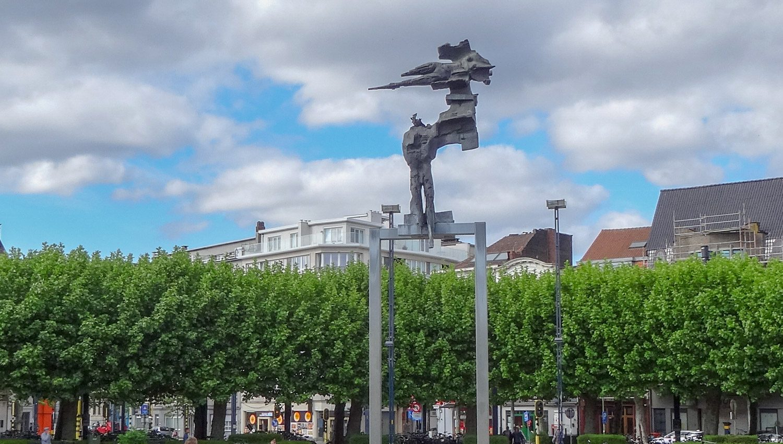 Милая площадь и произведение современного искусства
