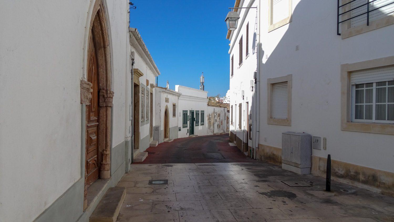 Одна из белоснежных улиц