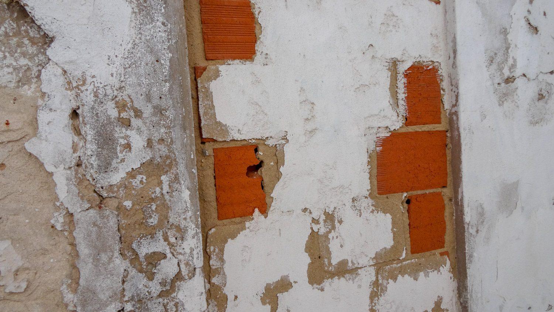 Кое-где сходит побелка, и оказывается, что стены кирпичные