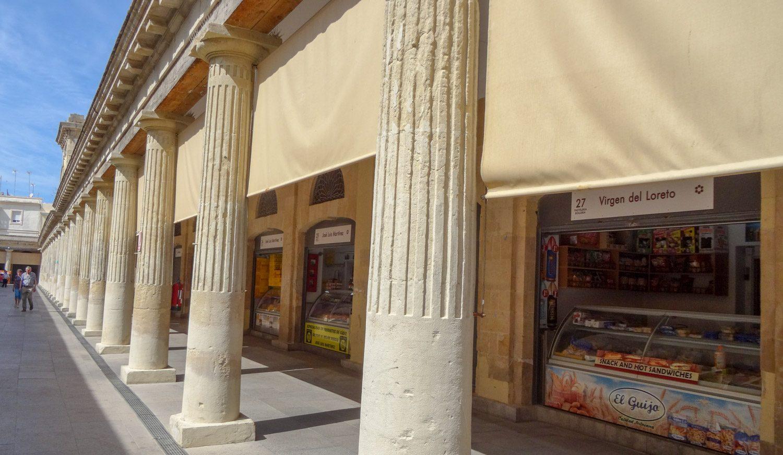 На рынке все цивильно, современно, кроме старинных колонн