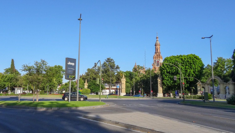 Уже видна одна из башен Plaza de España