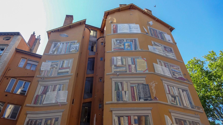 La Bibliothèque de la Cité - фреска со сценками из литературных произведений и цитатами