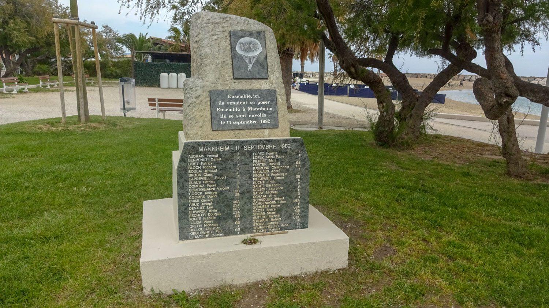 Монумент рядом с пляжем